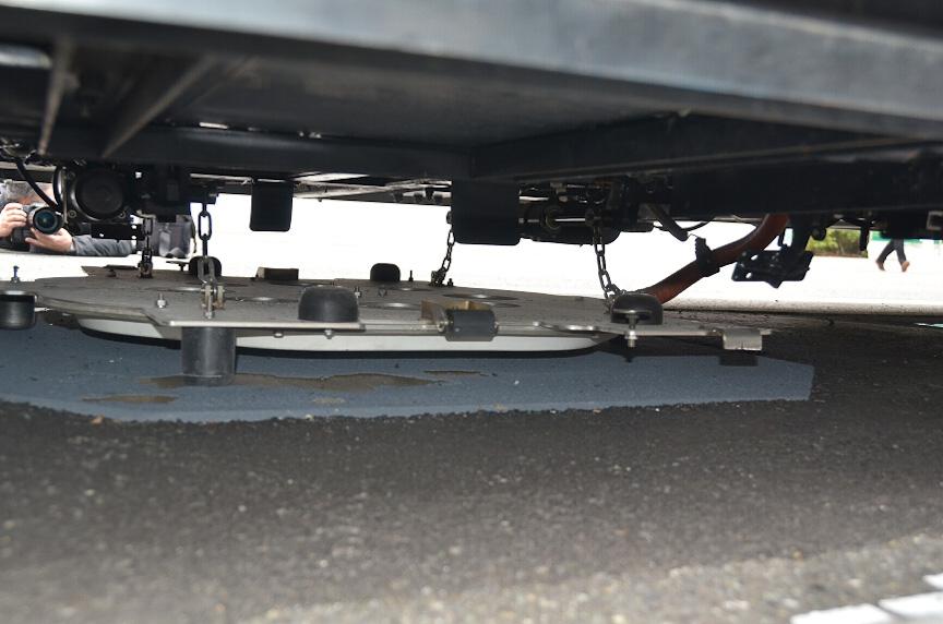 受電装置を下げたところ。非接触だが電気接点が非接触なだけで受電部分は道路に密着する