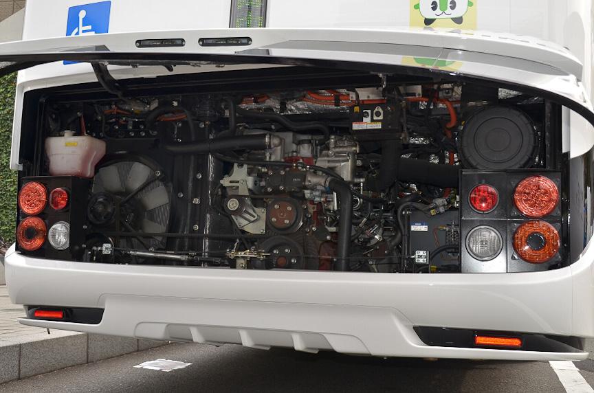 エンジンは後方あり、モーターはその奥にある