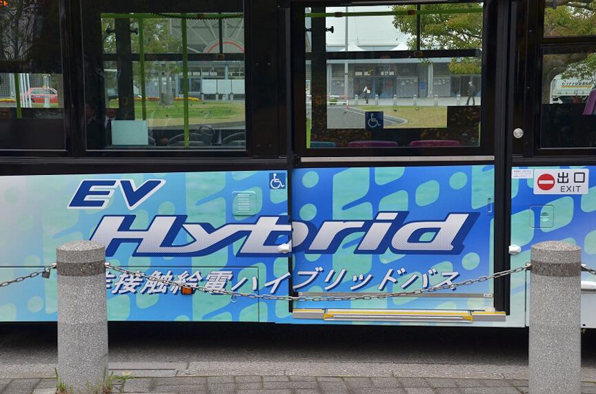 EVを主としたハイブリッドバスであることが側面に書かれている