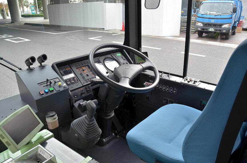 運転席は一般的なバスと大差ない。シフトレバーもクラッチペダルもある