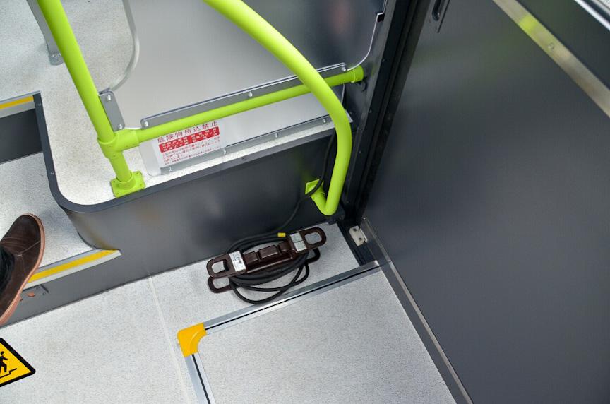 給電設備も搭載していて、車内から電源ケーブルを伸ばして電灯を照らすことができた