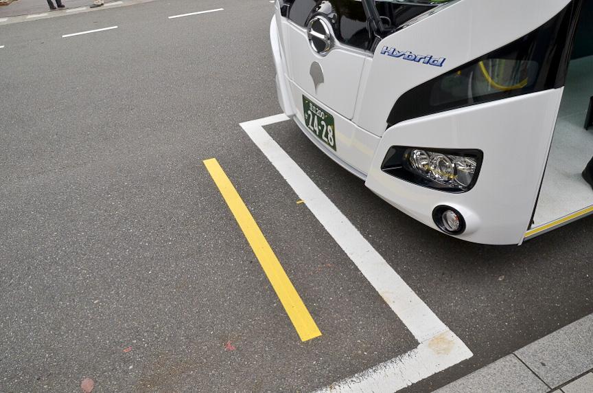 充電設備と位置を合わせるためのラインが敷かれる