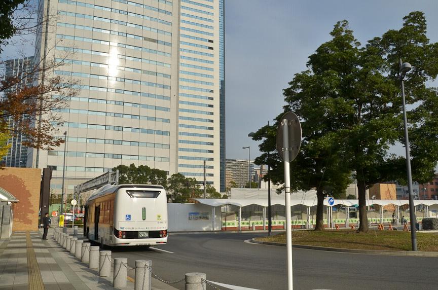 豊洲駅バスロータリーにも充電設備を仮設した。この位置が乗車場所となる