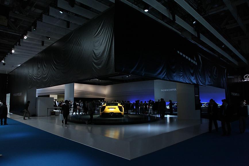 黒を基調とし、余裕を持った贅沢な空間を演出するレクサスブース