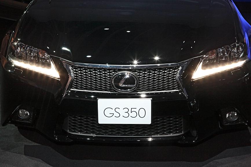 """GS350 """"F SPORT""""。次世代レクサスのアイコンとなるスピンドルグリルなど、基本的なシルエットはシリーズ共通。ただし、メッシュタイプのグリルや19インチホイールなどにより差別化が図られている"""