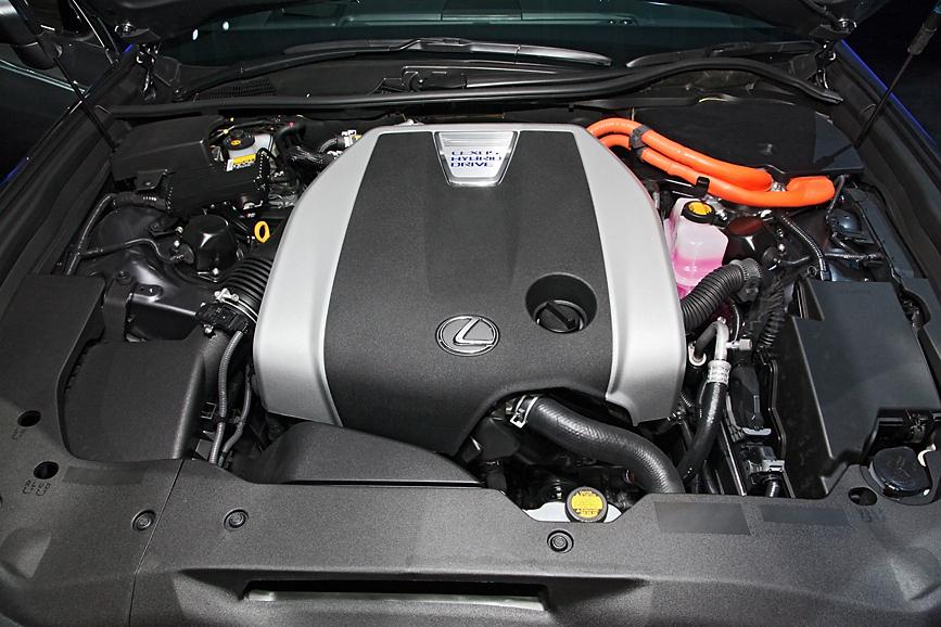 3.5リッターエンジンにモーターを組み合わせたハイブリッドモデル、GS450h。その佇まいはフラッグシップならではの存在感を持つ。ボディサイズは全長4850×全幅1840mmと先代より若干大型化。本来グリルは横桟タイプだが、GS350と同じメッシュタイプのスポーツバージョンも