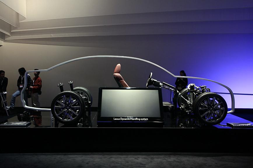 レクサスの運動性をアピールするシャシーモデルも展示される