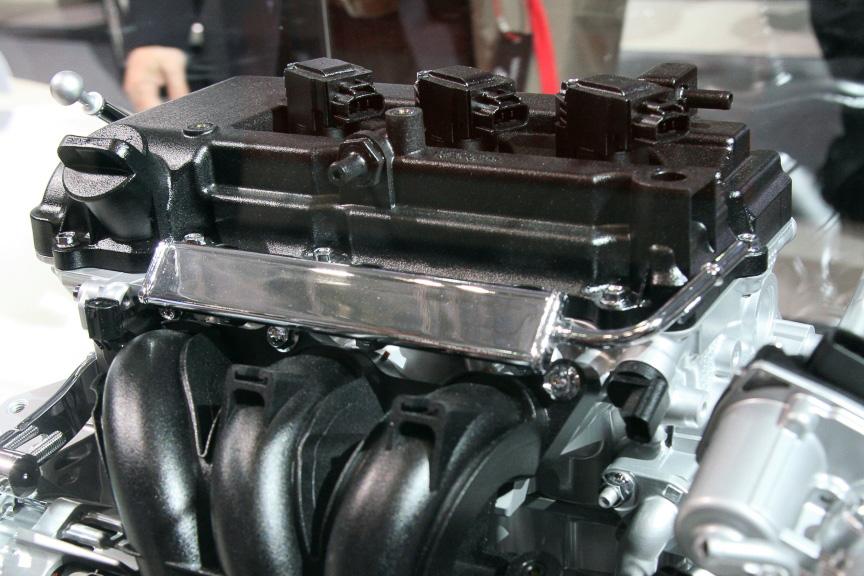 新型ミラージュに搭載されるエンジンは、減速エネルギー回生システムを採用した1.0リッター 3気筒の新MIVECエンジン。アイドリングストップと組み合わせてクラストップレベルの燃費を目指す