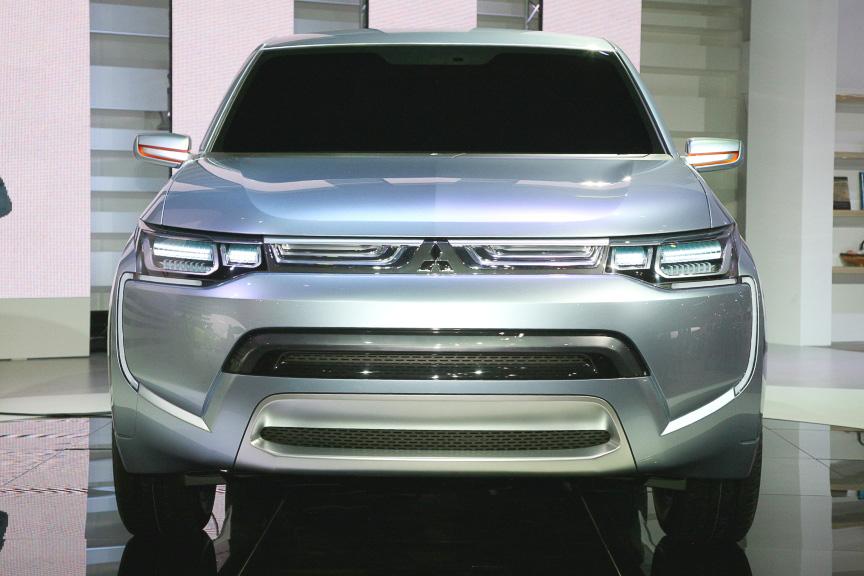 PX-MiEVIIは大容量の駆動用バッテリーを搭載しているため、日常のほとんどのシーンでEV走行が可能。また、走行中にエンジンで発電し、バッテリー電力を蓄えることができる