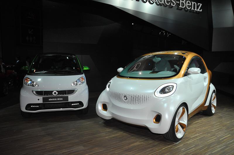 スマート電気自動車(左)とスマート・フォー・ビジョン