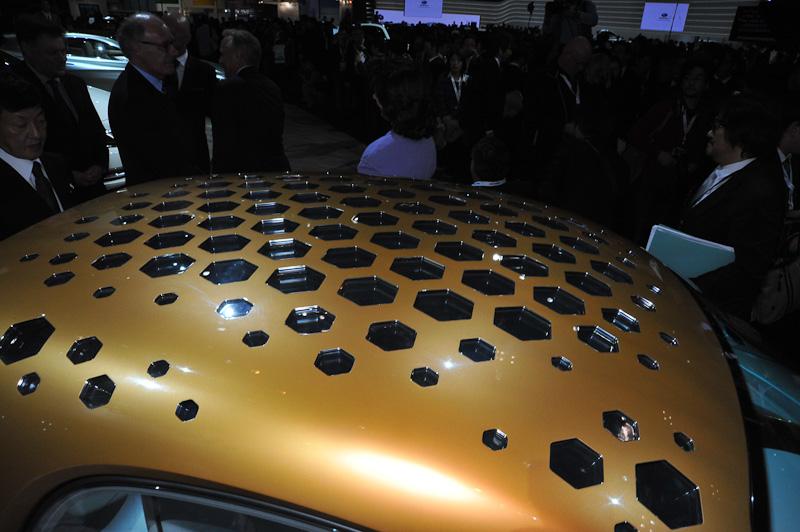 スマート・フォー・ビジョン。天井のハニカム構造が透明な太陽電池