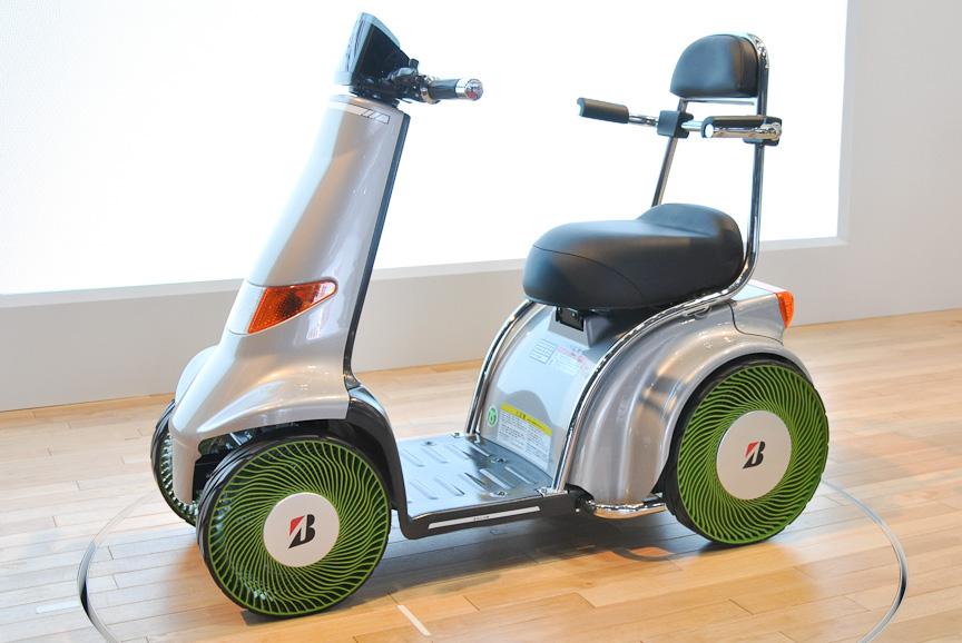 非空気入りタイヤを装着した4輪車