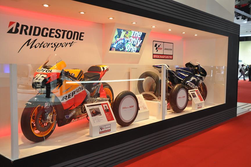 ブリヂストンがワンメイク供給するMoto GPマシンとともに、2輪用タイヤを展示