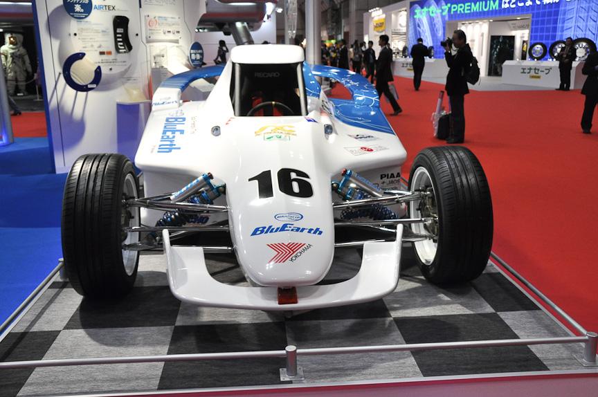EVレーシングカーは、発表されたばかりのブルーアース・エースを装着