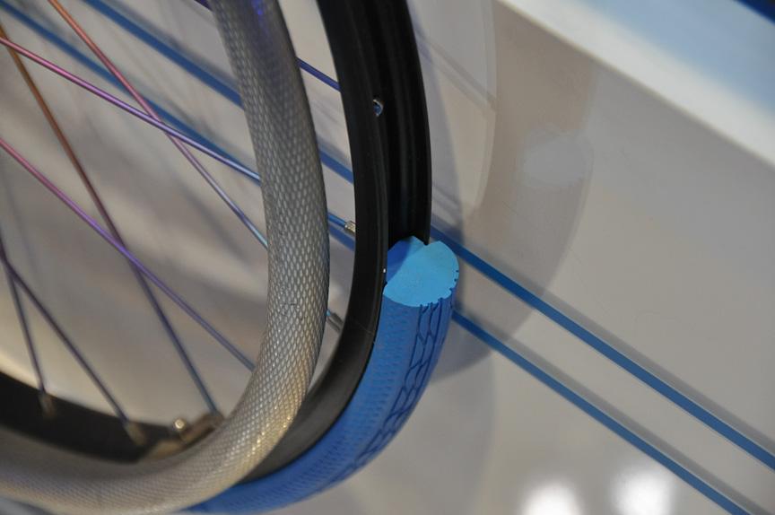 リサイクル可能なパンクレスタイヤ。再利用時のタイヤ特性が変化しないため、リサイクルが容易になっている