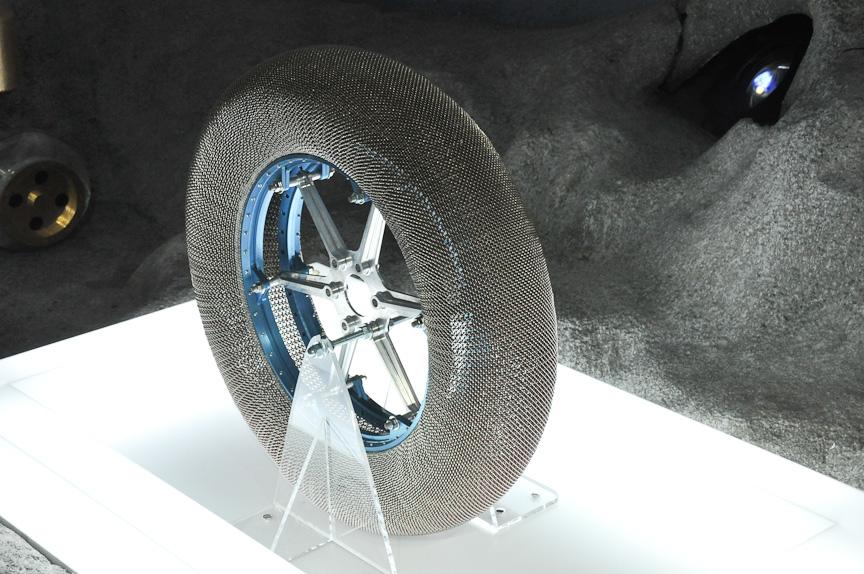 NASAと共同で開発中の次世代月面探査車用タイヤ。地球では支えないと凹んでしまうが、月ではこの形状となる