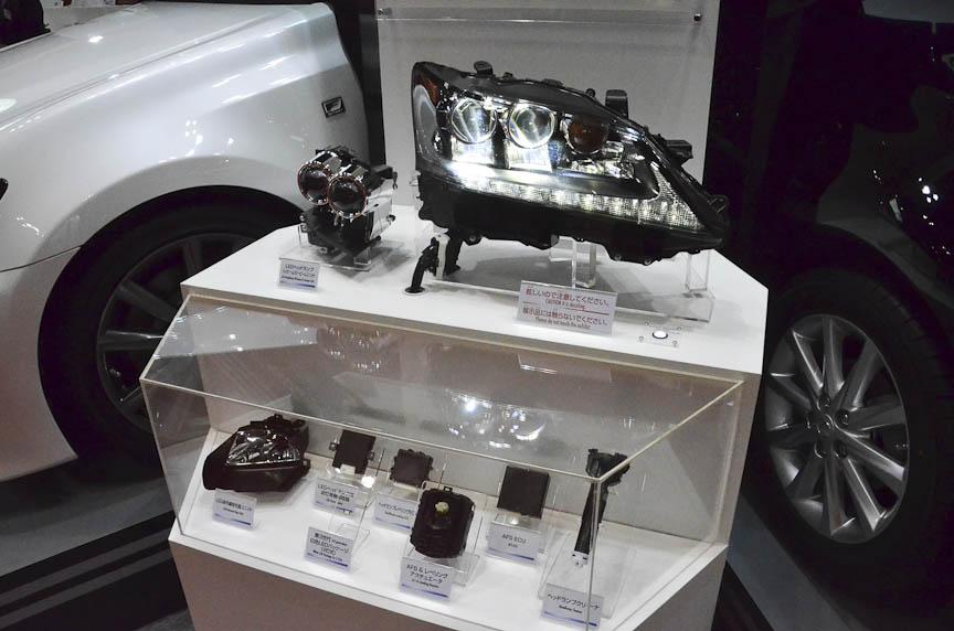 小糸製作所はレクサスの新型「GS」用ヘッドライトユニットを展示。ヘッドライト、ポジションランプ、赤外線投光器など、合わせて26のLEDが使われている