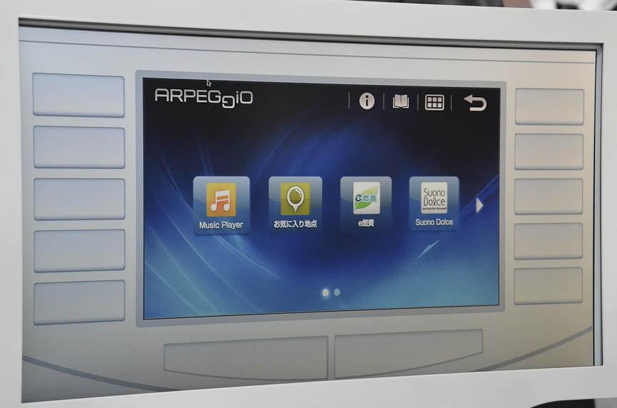 デンソーの「アルペジオ」はスマートフォン(左列)のインターフェイスを車用にアレンジして車載ディスプレイに表示し、スマートフォンの中のコンテンツや、スマートフォンの機能を車内で利用できるようにする