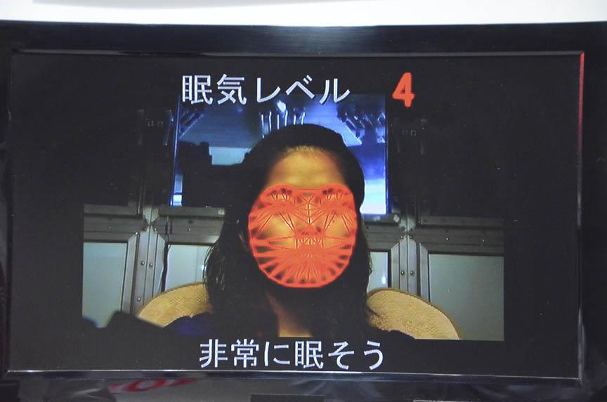 やはりデンソーの眠気検知システム。ドライバーの顔の表情から、眠気のレベルを6段階で検知し、眠そうであれば冷風を顔に当てるなどの対策をする