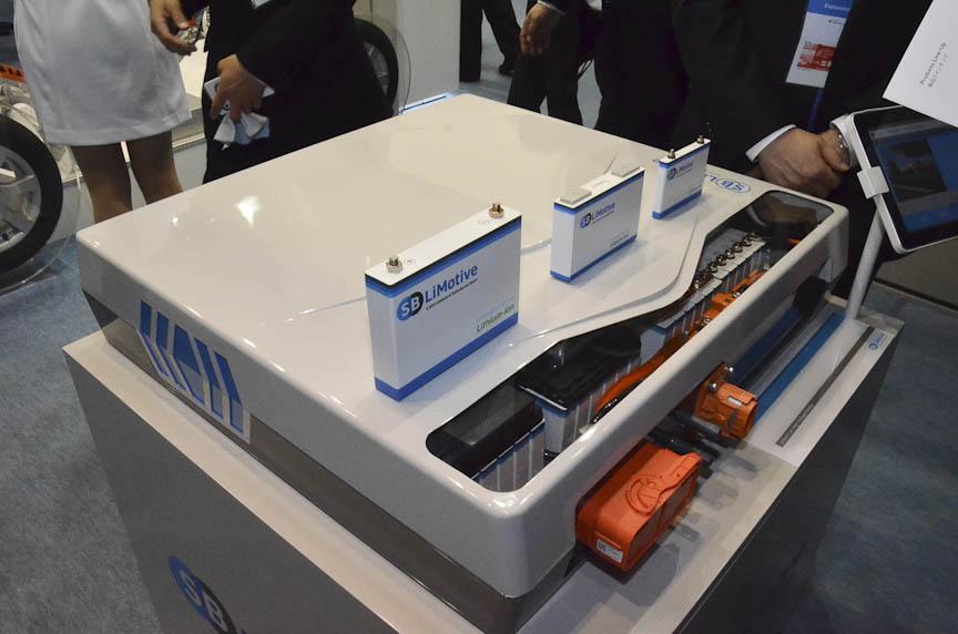 ボッシュのEV/HV向けソリューション。右はサムスンとの合弁会社「SBリモーティブ」のリチウムイオンバッテリー