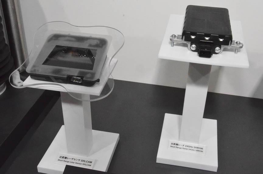 コンチネンタルの24GHz近距離レーダー(右)と、より安価な近距離レーザーセンサー