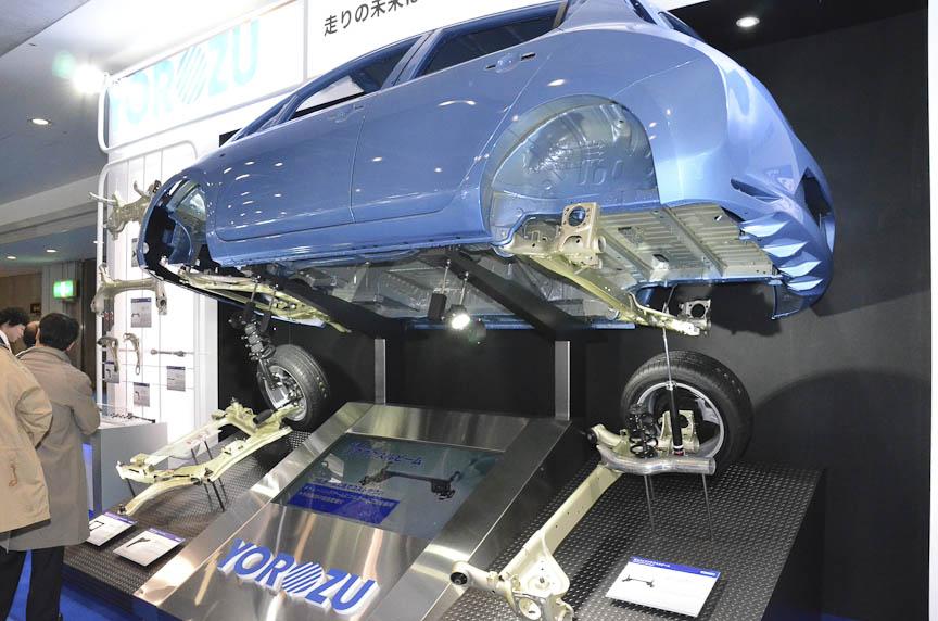 日産「リーフ」のサスペンションメンバーを展示したヨロズ。構造を最適化することで、軽量・低コストに仕上げた