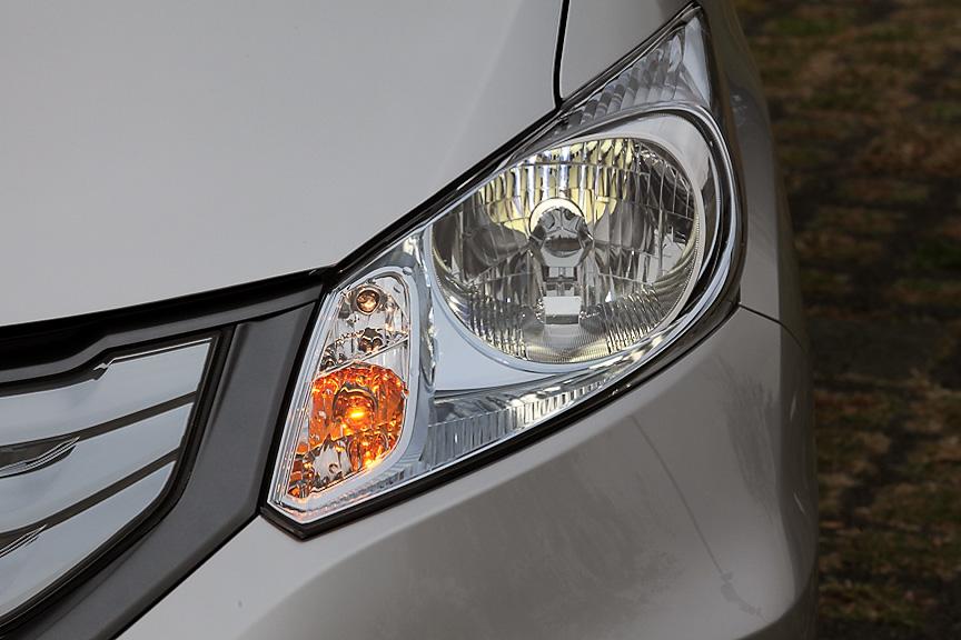 ヘッドライトもメッキ+クリアブルー塗装により差別化が図られている