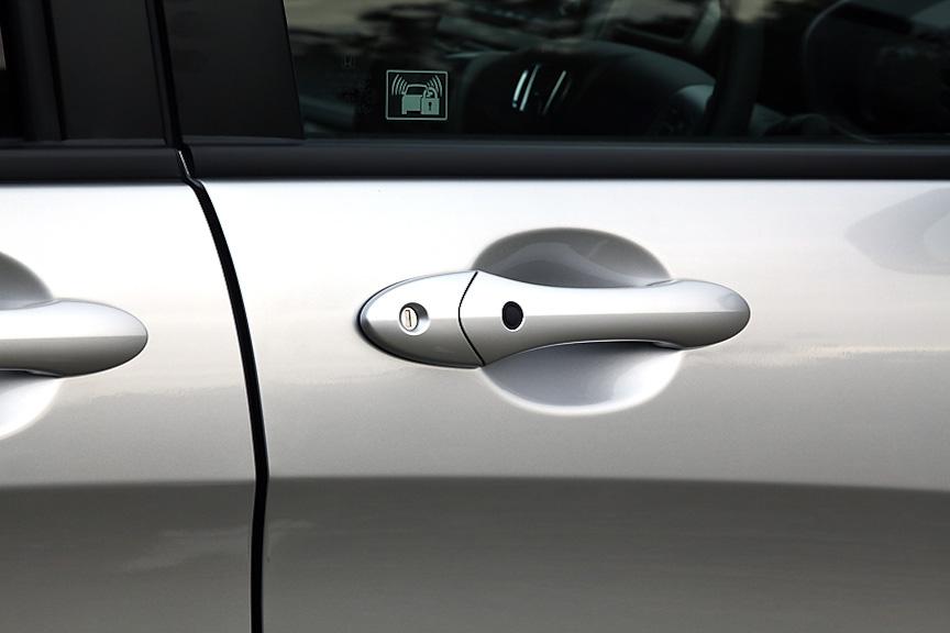 ドアハンドルはボディー同色。運転席にはスマートキー用のボタンも付く