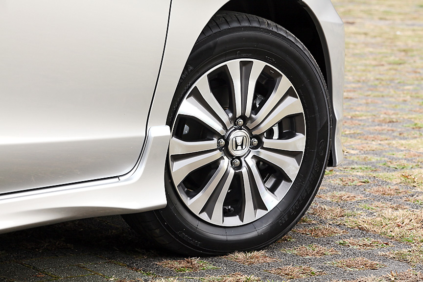 タイヤサイズは185/65 R15。標準ではスチールホイール&専用デザインのホイールキャップだが、オプションのLパッケージを選択すればアルミホイールを装着できる