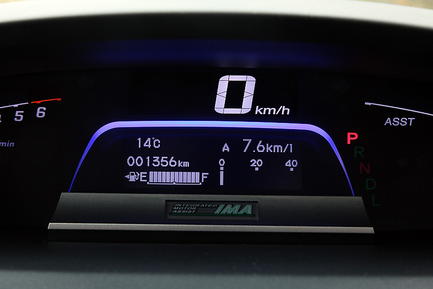 下部のマルチインフォメーション・ディスプレイには、エコ運転度のグラフをはじめ燃費などさまざまな情報の表示が可能