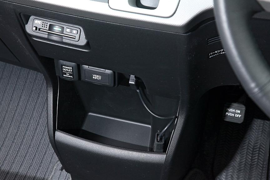 エアコン下にはETC車載器やビデオ入力(ともにオプション)、DC12Vソケットなどが配置されている
