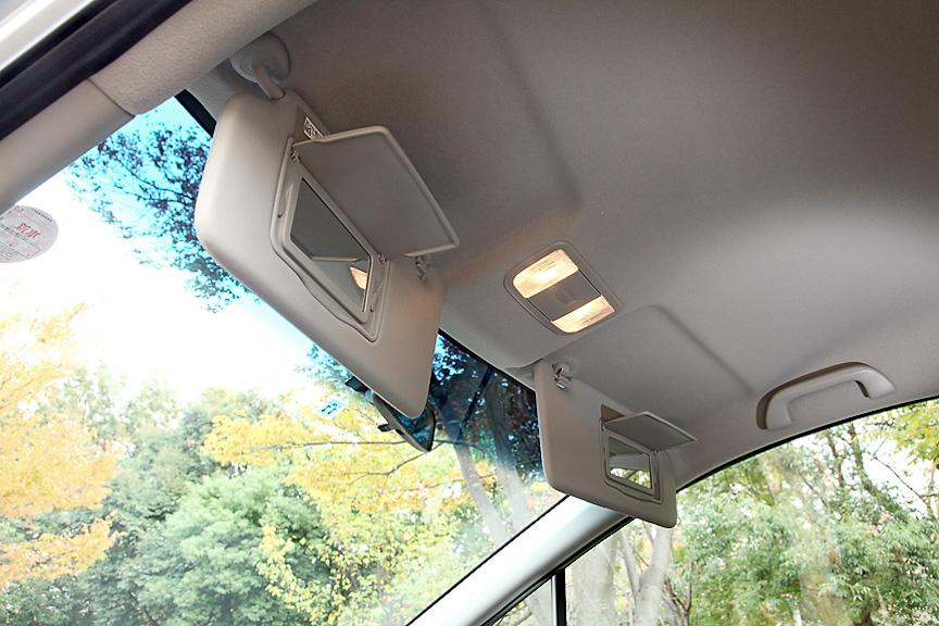 サンバイザー裏には運転席、助手席ともバニティミラーを内蔵