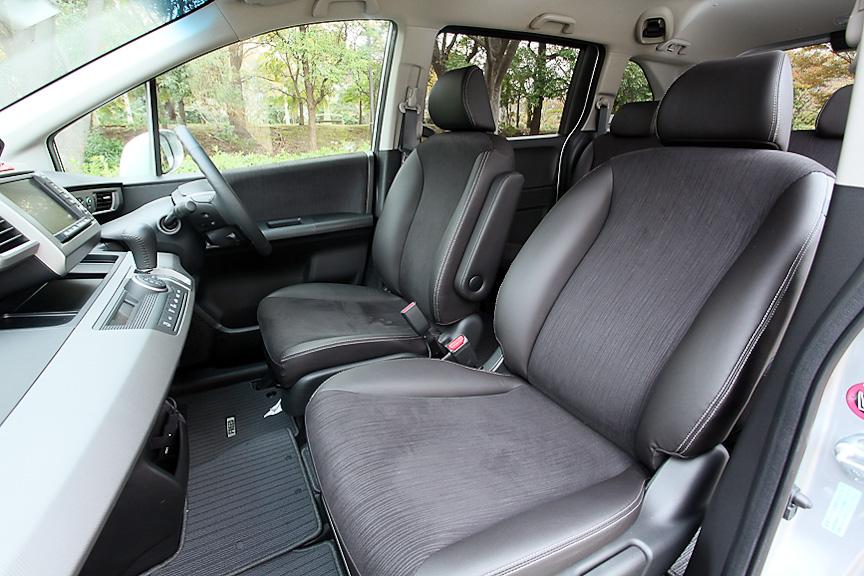 オプションのグランスムース&スウェード調ファブリックコンビのインテリア。ジャストセレクションには運転席だけでなく、助手席にもアームレストが付く