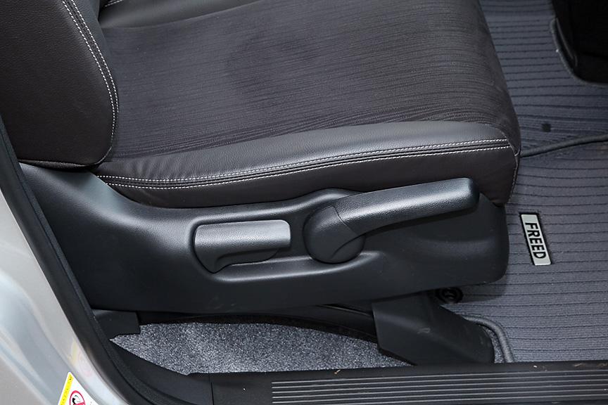 運転席にはリクライニングとハイトアジャスターを装備