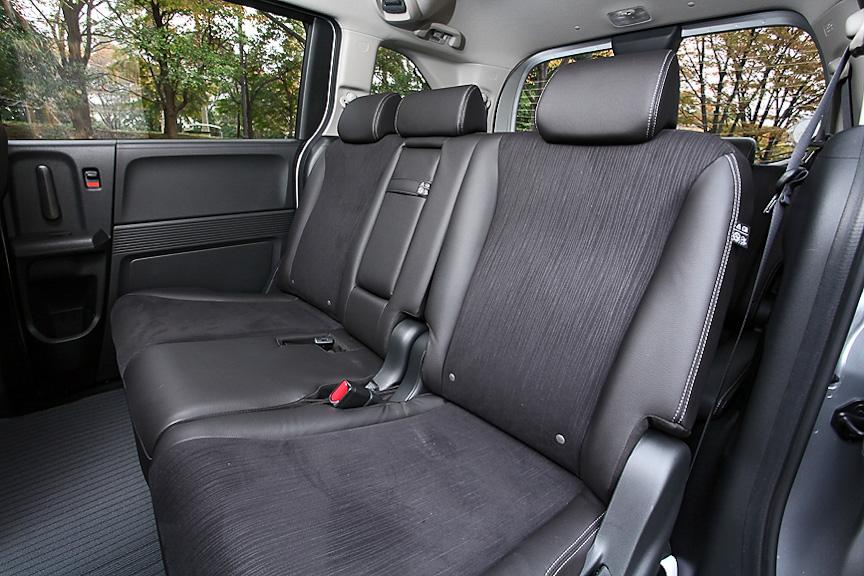7名乗車モデルは3名がけの2列目シートを採用しており、すべての席に3点式ショートベルトを装備。中央席を使わない際はアームレストが利用可能