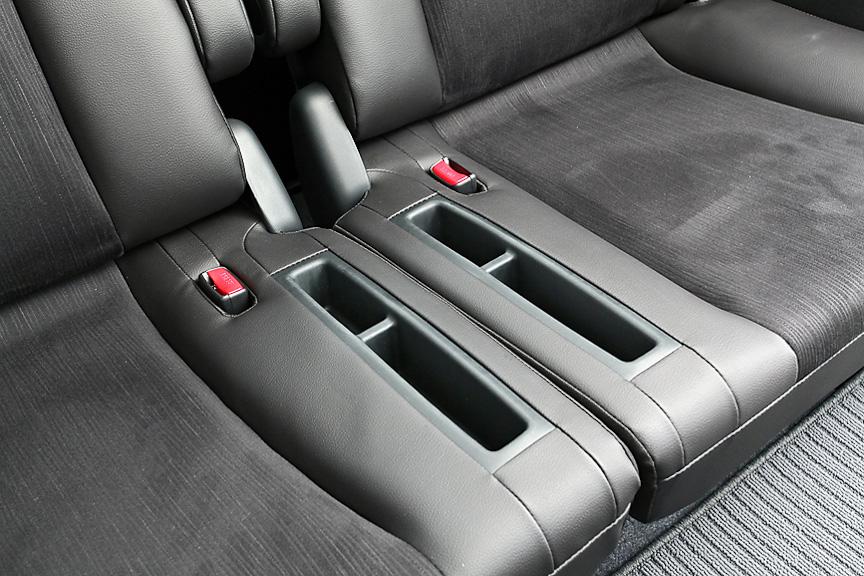 中央部には座面ポケットを用意。ソフトな素材でカバーされているため、休憩時に横になるなんて場合にも邪魔にならない