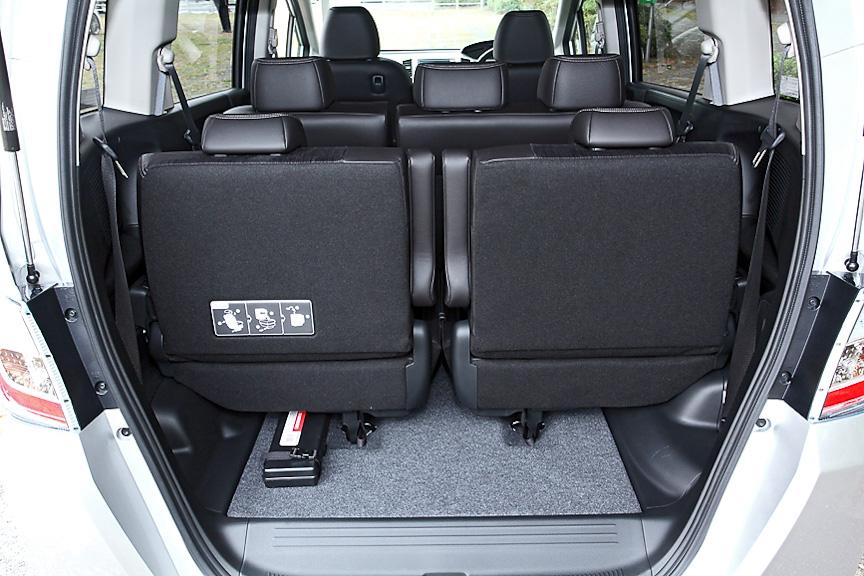 フル乗車時でも小型のバック程度なら置くことができるスペースを用意