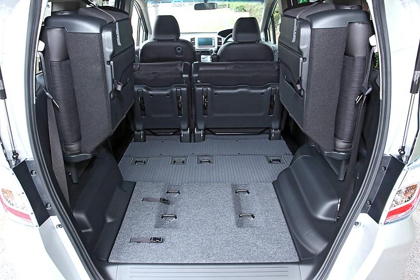 7名乗車モデルでは2列目も収納でき、さらに広大なラゲッジスペースが確保できる
