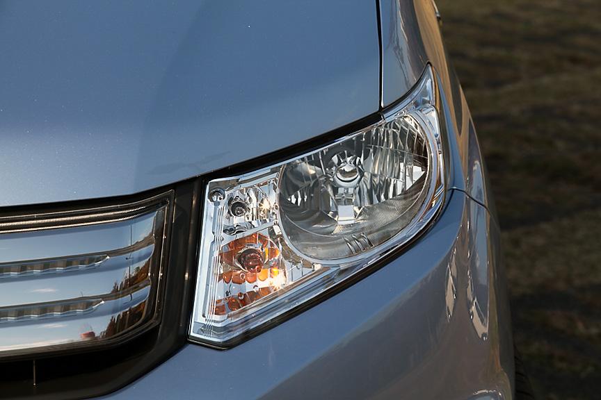 形状は異なるがヘッドライト、ウインカー、ポジションなど内部の配置はフリードと同一となっている