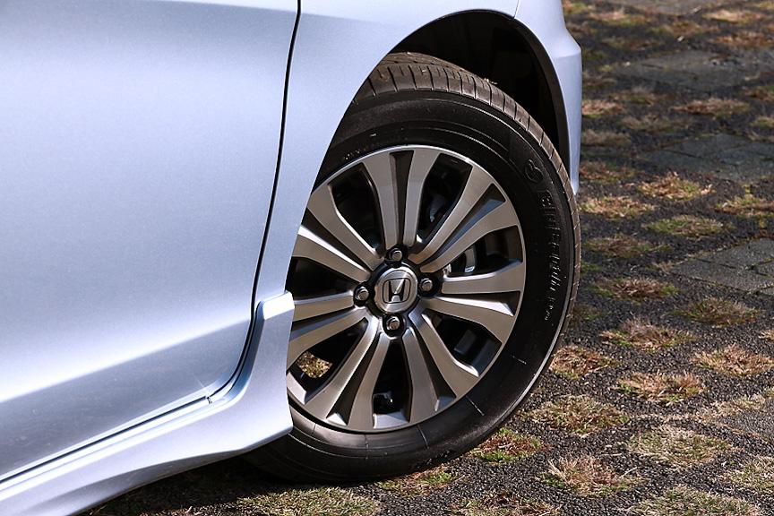 標準では185/65 R15タイヤとスチールホイール&キャップの組み合わせ。Lパッケージ仕様では専用デザインのアルミホイールとなる