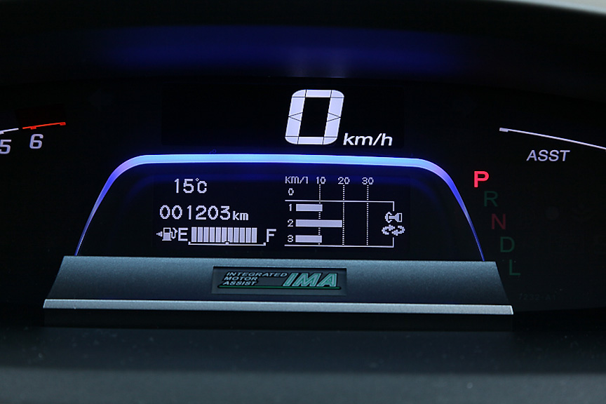 マルチインフォメーション・ディスプレイはステアリングのスイッチで表示内容の切り替えが可能。表示項目はECOドライブディスプレイ、エネルギーフロー、平均燃費、瞬間燃費、推定航続可能距離など多彩