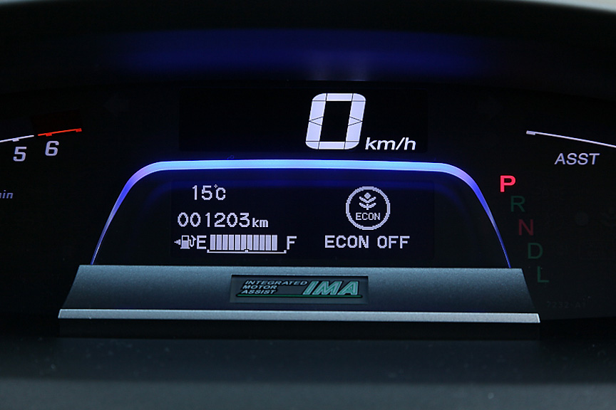 ステアリング奥のECONボタンを押すことで、エンジンやエアコンを制御してさらなる低燃費化が可能。状態はマルチインフォメーション・ディスプレイで確認できる