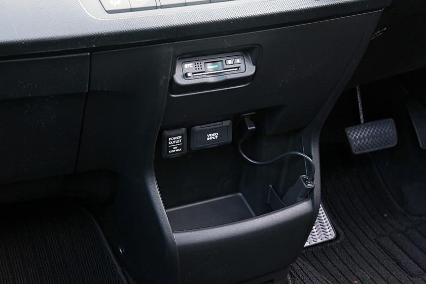 インパネ中央下部にはオプションのETC車載器やビデオ入力、DC12Vソケットが備わる。下部は小物が収納できるボックスとなっている