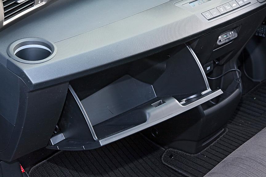 サンバイザー裏には運転席、助手席ともにバニティミラーを内蔵