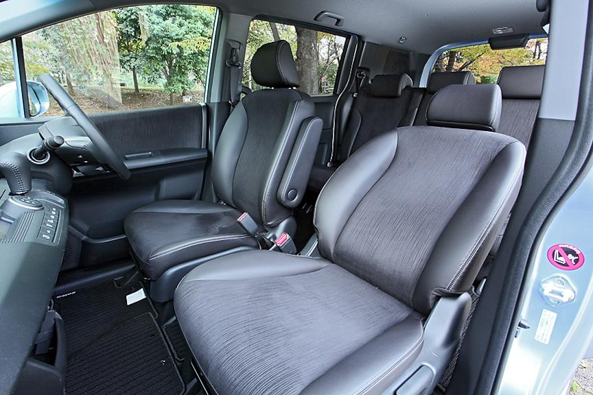 Lパッケージにはグランスムース&スウェード調ファブリックコンビを採用したシートを装着。ジャストセレクションには助手席側もアームレストが備わる