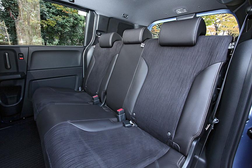 3名がけの2列目シート。全席3点式シートベルトはフリードと同じだが、中央部アームレストは未装着となる