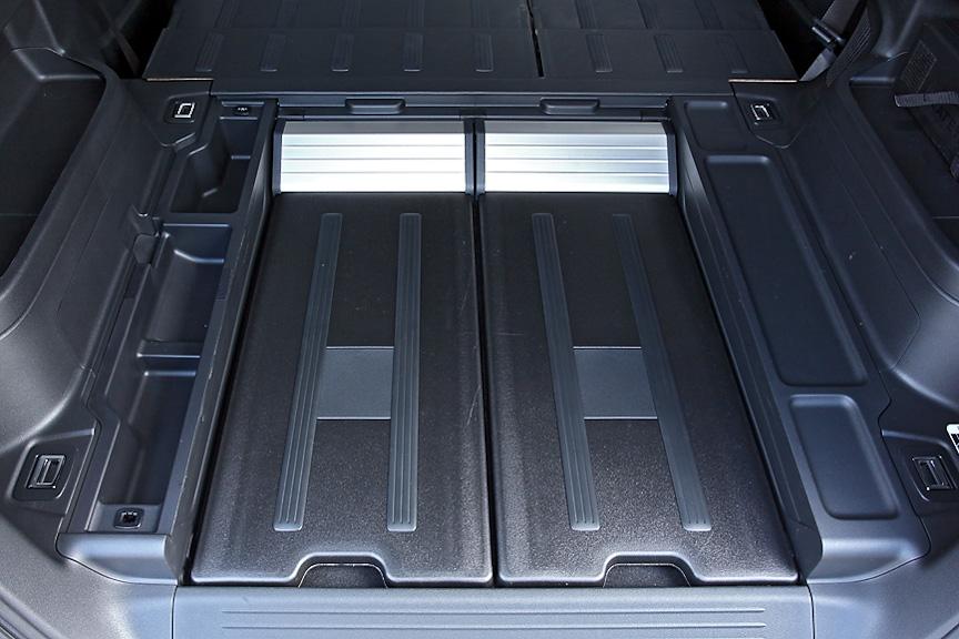 フロアボード左側には小物を整理して収納できるサイドボックスを用意。右側は下部にIPU用のダクトが入っている