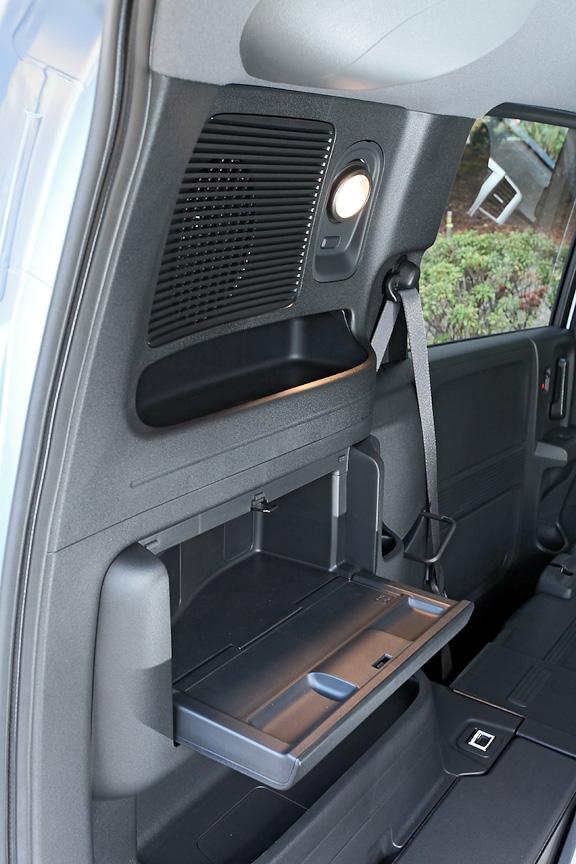 ラゲッジ左側のサイドパネルに装着される角度調節が可能なカーゴスポットライトとビルトインテーブルはジャストセレクション専用の装備