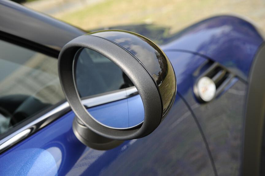 サイドミラーは円形のもの。鏡面の端は曲率を変化させて視界を確保する