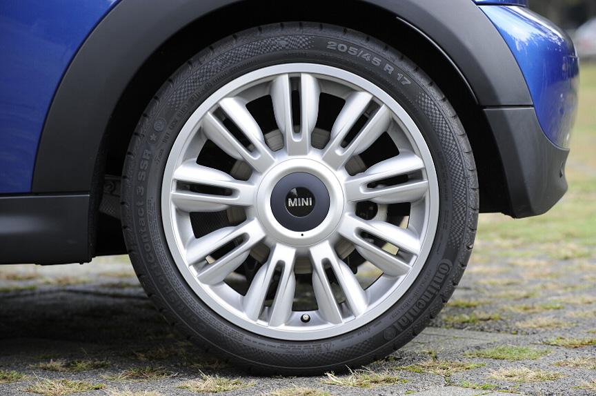 オプションの17インチタイヤとツイン・ブレード・スポーク・アロイ・ホイールを装着している。標準では15インチとなる